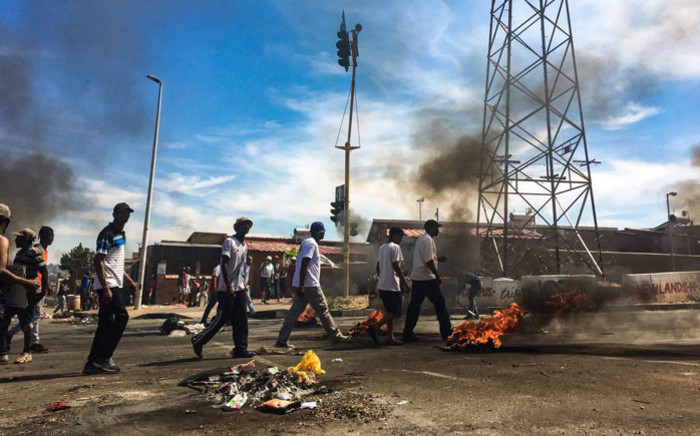 Parts of Westbury in Johannesburg remain shut down on 2 October 2018, with roads blocked off with burning debris, as residents light in protest. Picture: Thomas Holder/EWN