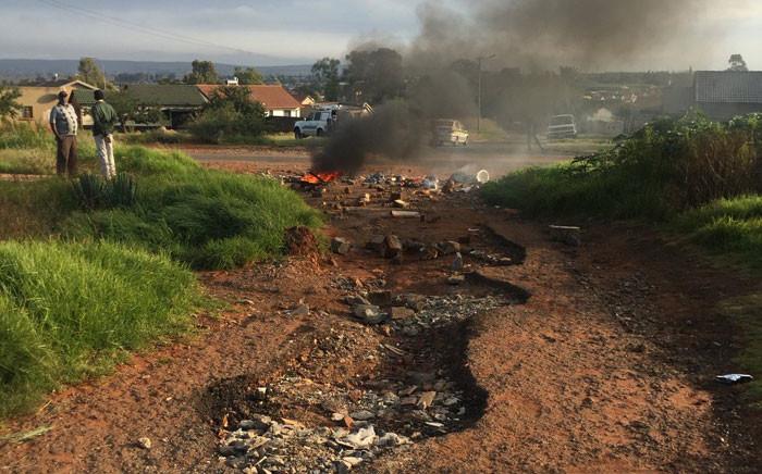 Kapok informal settlement residents in Orange Farm barricaded all entrances over voter registration weekend on 9 Aril 2016. Picture: Masa Kekana/EWN.