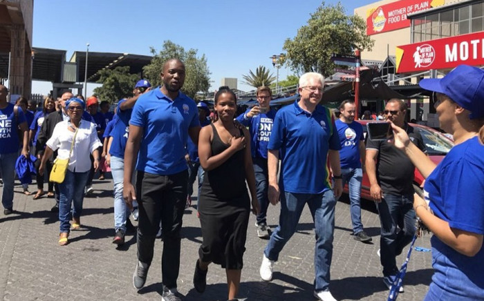 DA Leader Mmusi Maimane accompanied Eastridge resident Sharon Lee Williams, a Chrysalis Academy graduate, to a voting station to register to vote today. Picture: Kaylynn Palm/EWN.