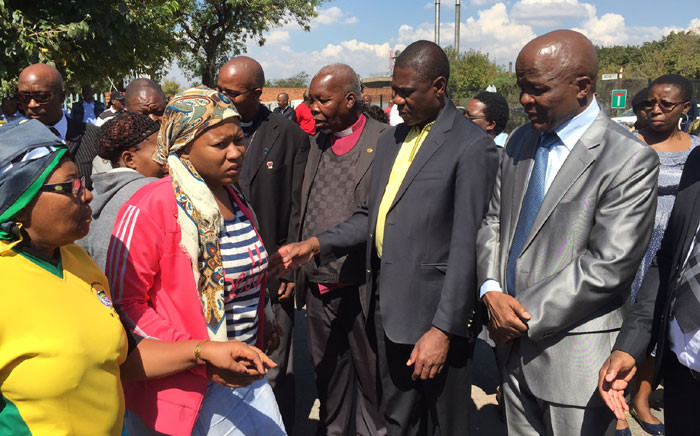 A short briefing is held on with ANC leaders, Ekurhuleni Mayor, MEC from Free State at the Germiston mortuary on 19 April, 2016. Picture: Dineo Bendile/EWN.