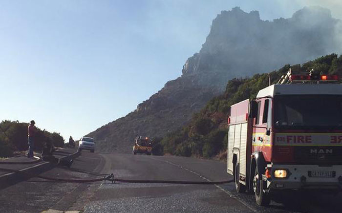 Boyes Drive has been closed to traffic due to veld fire. Picture: Natalie Malgas/EWN