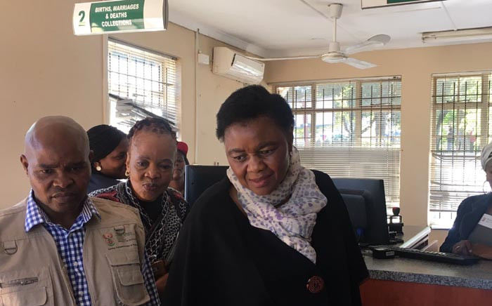 Home Affairs Minister Hlengiwe Mkhize visits Randburg branch to ensure services continue during Easter weekend. Picture: katleho Sekhotho/EWN.