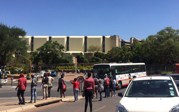 Students and workers protesting at the University of Johannesburg (UJ)  vowed not to leave the Kingsway campus until management addressed them. Picture: Dineo Bendile/EWN.
