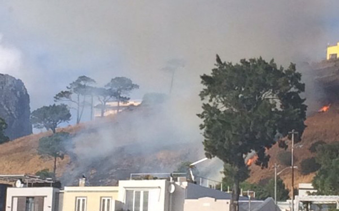 Firefighters have been deployed to Signal Hill where a blaze broke out. Picture: Lauren Isaacs/EWN.