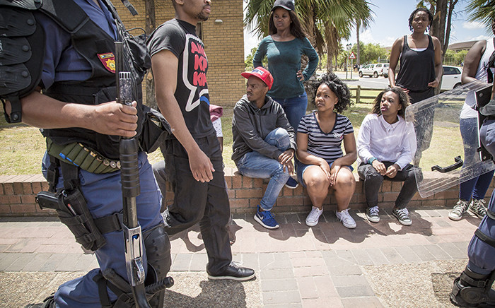 FILE: Students watch as police arrest a protesting student at the Cape Peninsula University of Technology Bellville Campus during 2015 protests. Picture: Thomas Holder/EWN