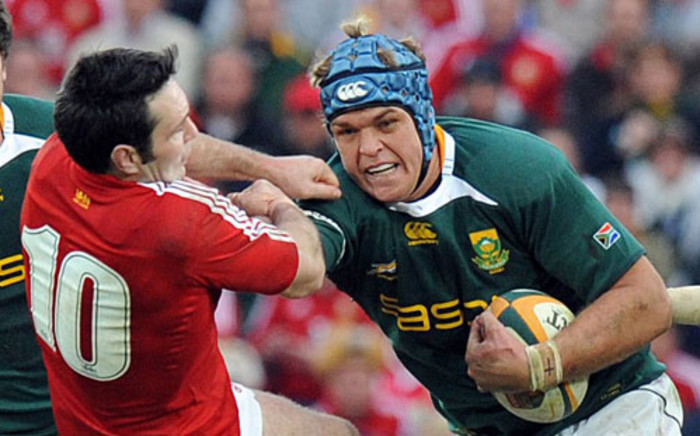FILE:Springbok Juan Smith (R) powers his way past British and Irish Lions's Stephen Jones during the Final Rugby Test in Johannesburg at Ellis Park Stadium on July 4, 2009. Picture: AFP