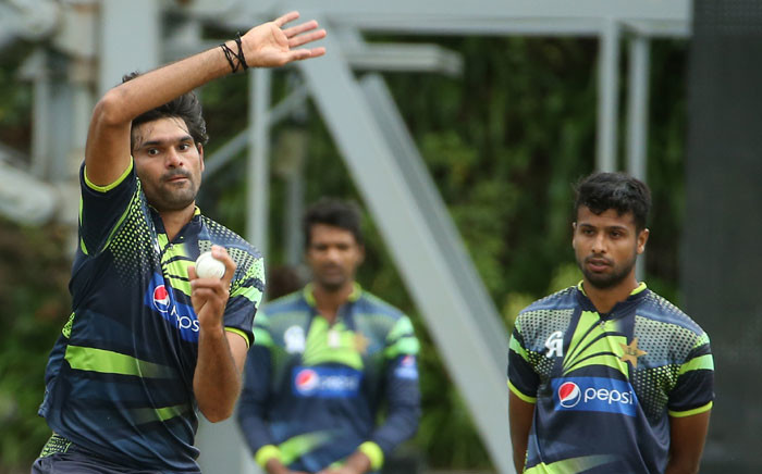 Pakistan fast bowler Mohammad Irfan (L). Picture: AFP.