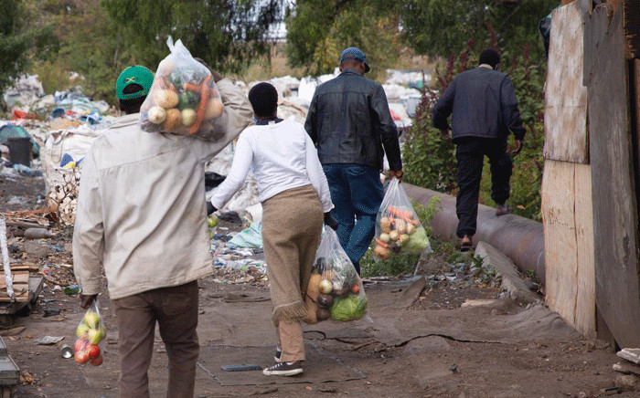 Food parcels were distributed to resident of Booysens informal settlement on 29 April 2020. Pictures: Sethembiso Zulu/EWN.