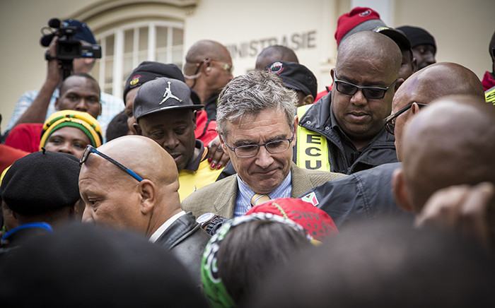 FILE. Security personnel crowd around Stellenbosch University's vice chancellor Wim de Villiers after receiving Sasco's memorandum after a protest march to the university. Picture: Thomas Holder/EWN.