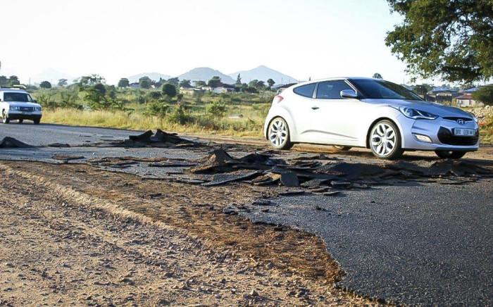 Cars pass over a strip of torn-up of tarmac in Vuwani, Limpopo. Picture: Pelane Phakgadi/EWN.