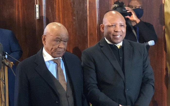 Outgoing Prime Minister Tom Thabane (L) symbolically handed over to incoming Moeketsi Majoro. Picture: Nthakoana Ngatane/EWN.
