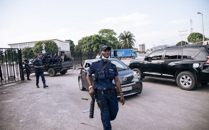 Congolese policemen are seen outside the Parliament in Kinshasa on 8 December 2020. The police were deployed Tuesday in the Parliament of the Democratic Republic of Congo in Kinshasa, a seat for two days of a pitched battle between the supporters of President Félix Tshisekedi and those of the parliamentary majority loyal to his predecessor Joseph Kabila. Picture: AFP
