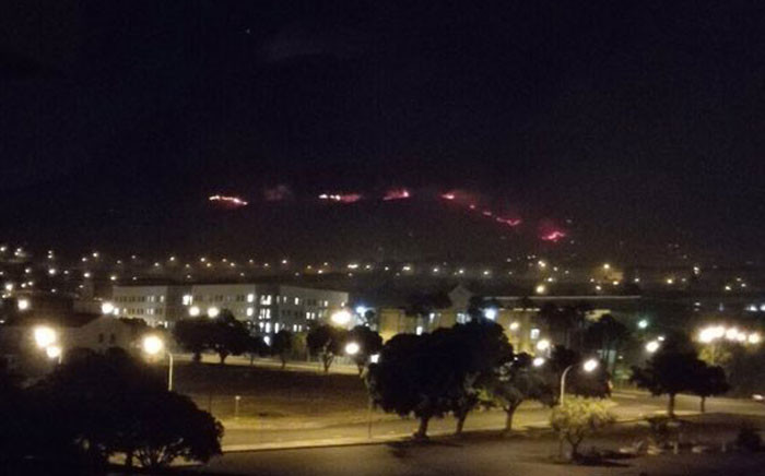 Red line of flames can be seen on Devil's Peak on 10 January 2016. Picture: Giovanna Gerbi/EWN