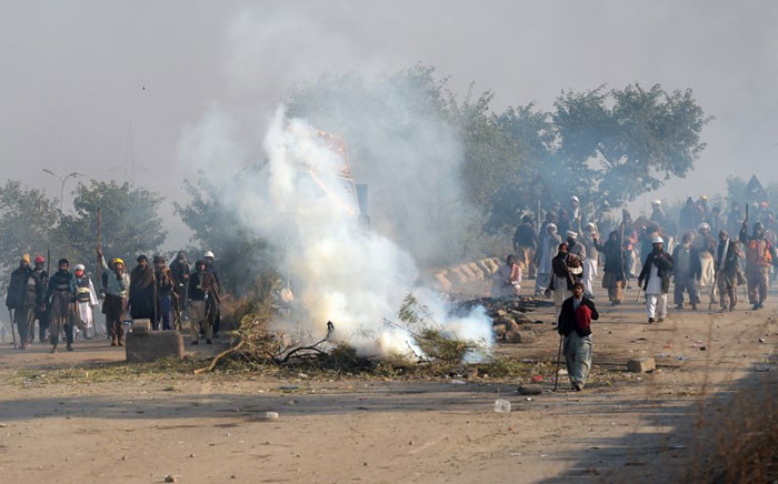 Pakistani protesters from the Tehreek-i-Labaik Yah Rasool Allah Pakistan (TLYRAP) religious group face off with riot police during a clash in Islamabad on November 25, 2017. Picture: AFP.