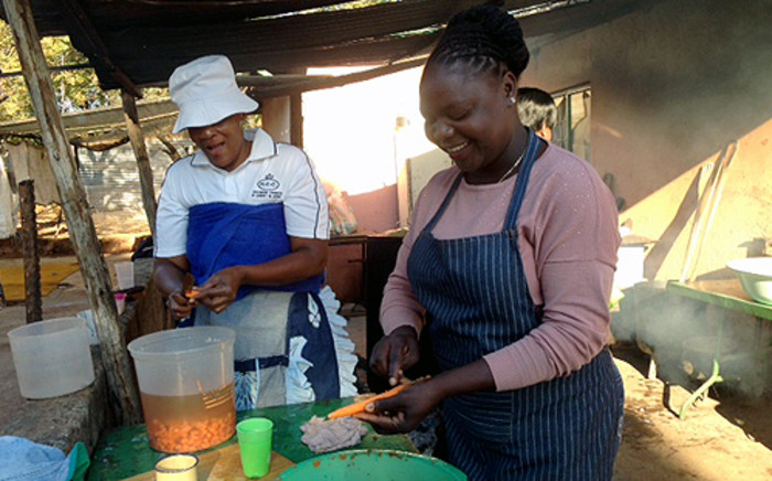 FILE: Volunteer prepare food in a soup kitchen.  Picture: EWN