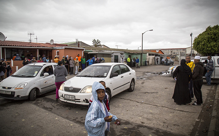 FILE: Hanover Park community members and police have tea during a break in the search for Sasha Lee. Picture: Thomas Holder/EWN
