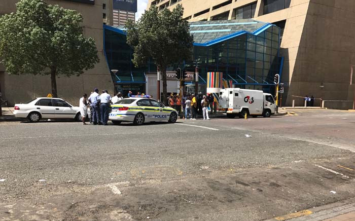 Police at the scene of a cash in transit heist in Johannesburg CBD at Carlton Centre on 3 April 2017. Picture: Kgothatso Mogale/EWN