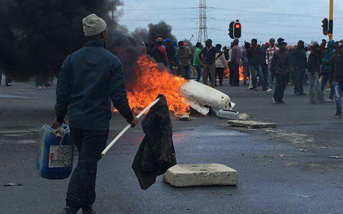FILE: Disgruntled Lwandle residents gathering near burning tyres and rubbles on the N2 near Strand. Picture: EWN.