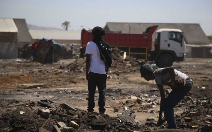 FILE: Residents from 7de Laan informal settlement clean the area after a shack fire. Over 300 people were displaced after a fire tore through the informal settlement on Boxing Day. Picture: Cindy Archillies/EWN.