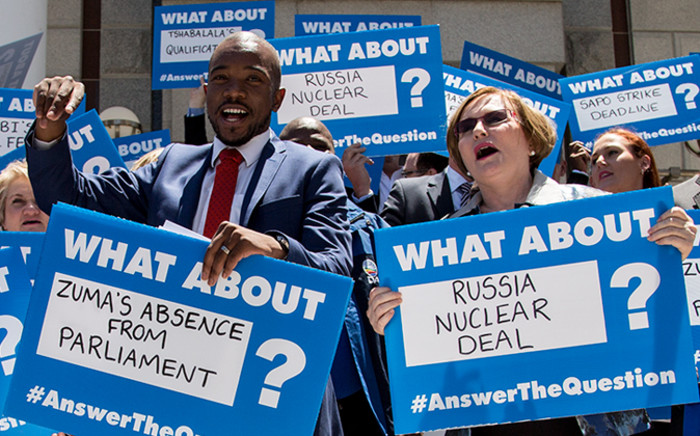 FILE. Outgoing DA leader Helen Zille & the party's Parliamentary Leader Mmusi Maimane leading a protest outside Parliament on 20 November 2014. Picture: Aletta Gardner/EWN