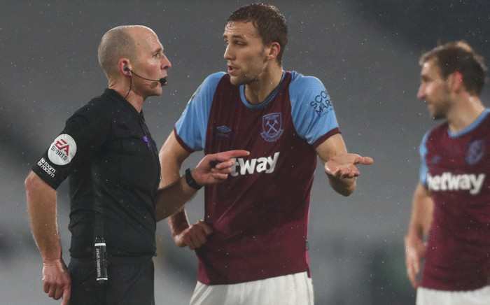 Referee Mike Dean (L) sends West Ham United's Czech midfielder Tomas Soucek (C) off during the English Premier League football match between Fulham and West Ham United at Craven Cottage in London on February 6, 2021. Picture: Clive Rose / Pool / AFP.