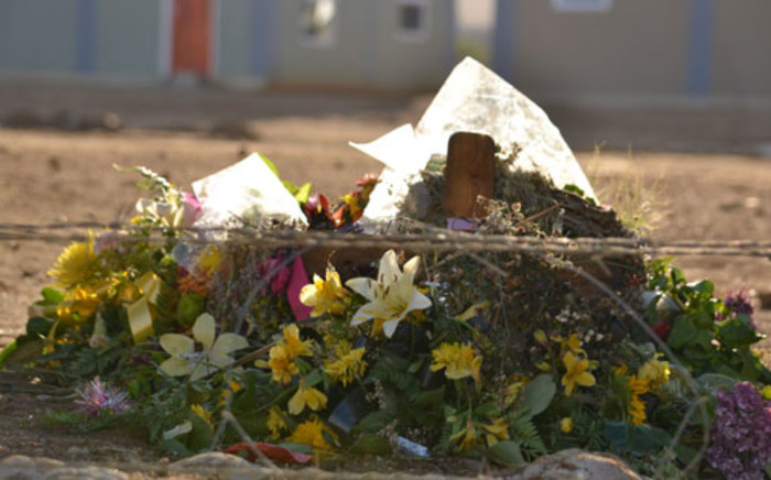 FILE: A cross and flowers placed at the scene where 17-year-old Anene Booysen's body was found in Bredasdorp. Picture: EWN.
