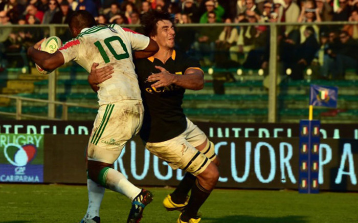 South Africa's Springboks' lock Eben Etzebeth (R) fights for the ball with Italy's fly-half Kelly Haimona during the rugby union Test Match between Italy and South Africa, on November 22, 2014 at the Euganeo stadium in Padua. AFP