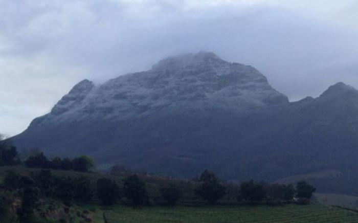 Snow falling over Simonsberg mountains on 20 September 2013. Picture: Lisa van der Berg/Twitter.