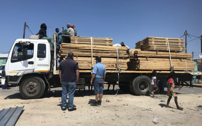 Building material is distributed to Khayelitsha residents on 22 October 2018 following a shack fire in the area. Picture: Monique Mortlock/EWN