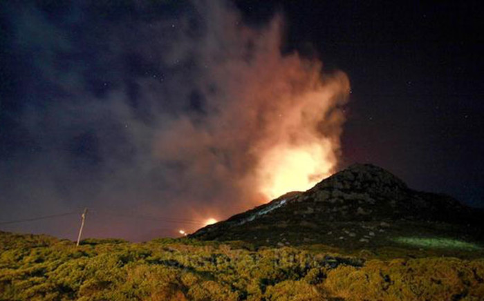 Smoke and flames on Kommetjie mountain in Cape Town southern Peninsula on 4 December 2014. Picture: @jenbruce1 via Twitter.