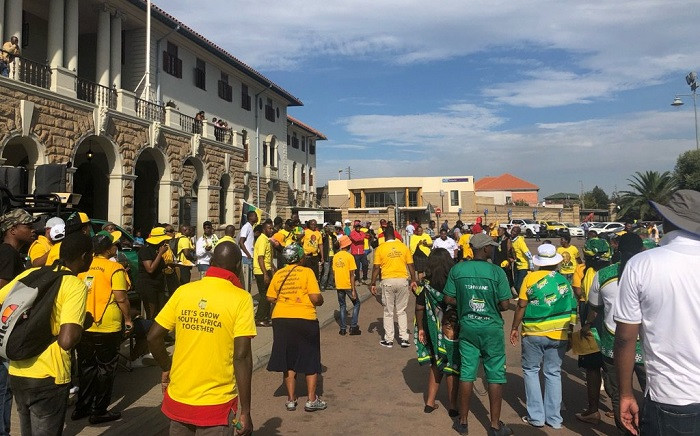 ANC supporters waiting for Presiden Cyril Ramaphosa outside the Pretoria train station on 18 February 2019 after his train delayed. Picture: Mia Lindeque/EWN