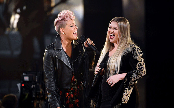Pink (L) and Kelly Clarkson perform onstage during the 2017 American Music Awards at Microsoft Theater on 19 November 2017 in Los Angeles, California. Picture: AFP