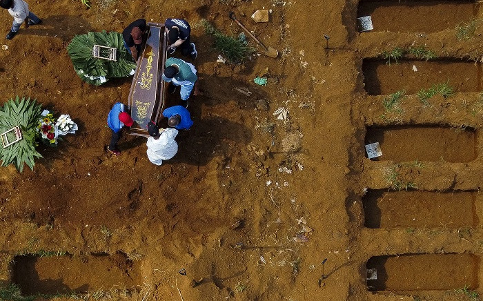 Aerial view of a burial at the Vila Formosa cemetery during the COVID-19 coronavirus pandemic, in Sao Paulo, Brazil, on March 23, 2021. Brazil's daily Covid-19 death toll soared past 3,000 for the first time Tuesday as the hard-hit country struggled to contain a surge of cases that has pushed many hospitals to breaking point. Picture: Miguel Schincariol / AFP.