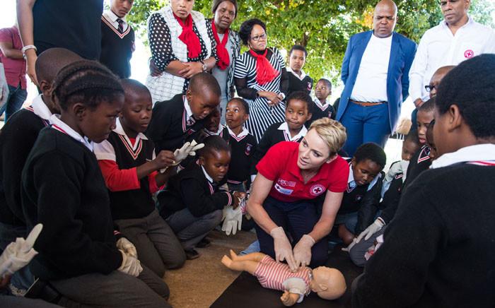 FILE: Princess Charlene of Monaco teaching children first aid and CPR in Daveyton, Johannesburg. Picture: Eric Mathon/Palais Princier