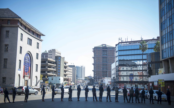 FILE: Police block the road to Harvest House, the MDC headquarters. Picture: Thomas Holder/EWN