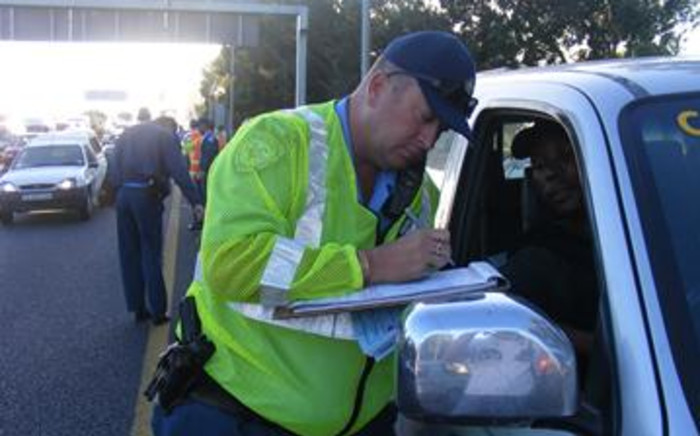 FILE: A traffic officer issues a fine during a blitz on Cape Town's N2 highway. Picture: EWN.