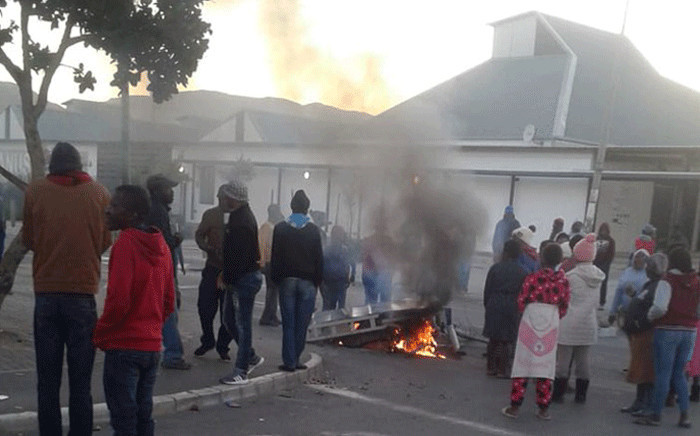 FILE: Residents of Zwelihle mobilise on 17 May 2018 as they protest for land and housing in Hermanus. Picture: @REDANTS_CT/Twitter.
