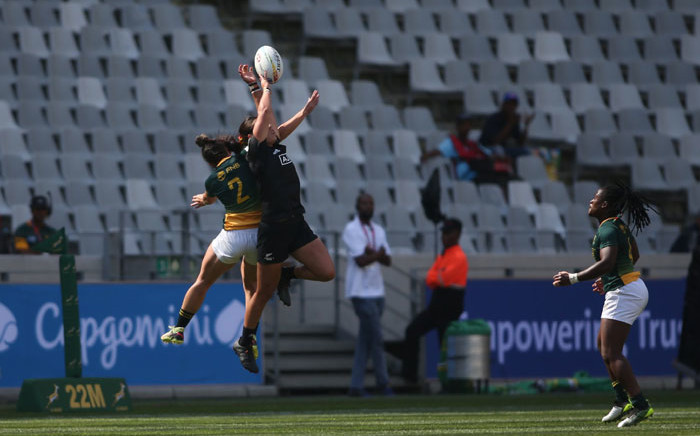 FILE: South Africa and New Zealand contest a high ball during their HSBC World Rugby Sevens match at the Cape Town Stadium on 13 December 2019. Picture: @WomenBoks/Twitter