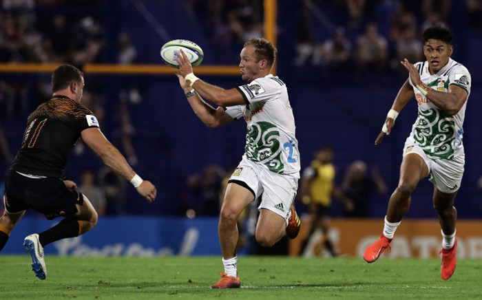 New Zealand's Chiefs fly-half Marty Mckenzie (C) passes the ball next to Argentina's Jaguares wing Emiliano Boffelli (L) during their Super Rugby match at Jose Amalfitani stadium in Buenos Aires, on 30 March 2019. Picture: AFP.
