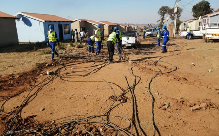 City Power officials on 3 June 2020 disconnected illegal electricity connections at Phumula Mqashi informal settlement in Vlakfontein. The officials were joined by JMPD and SAPS officers. Picture: @CityPowerJhb/Twitter.