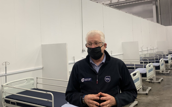 FILE: Western Cape Premier Alan Winde stands in one of the wards at the CTICC Covid-19 field hospital. Picture: EWN