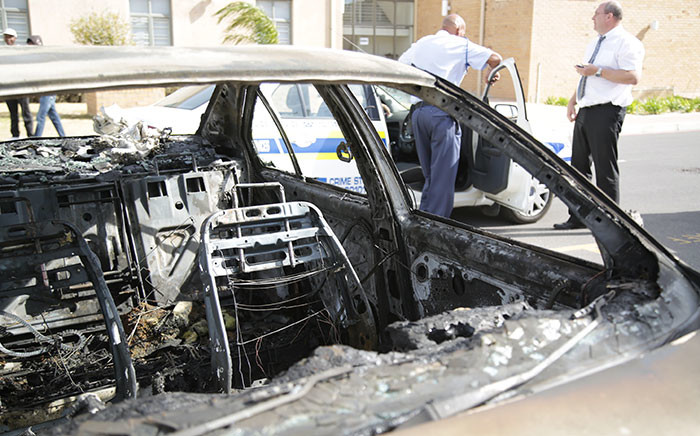 A burnt car stands on the CPUT Belville campus. Picture: Anthony Molyneaux/EWN.