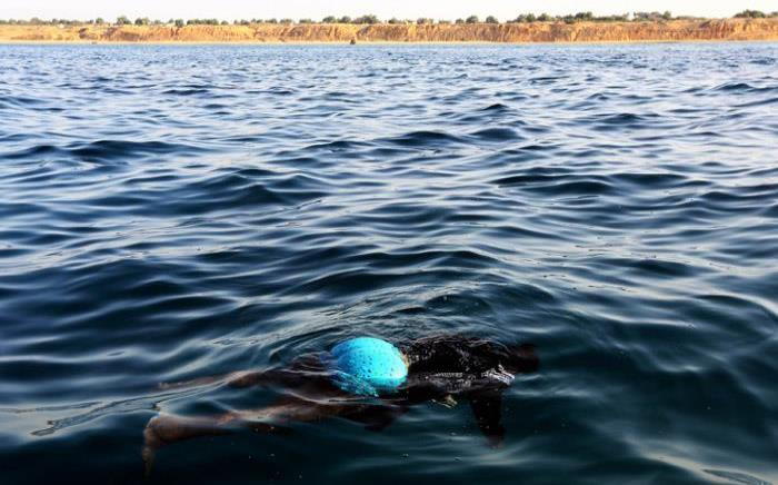 The body of an illegal immigrant floats on the water after a boat carrying 200 illegal migrants from sub-Saharan Africa sank off the shores of al-Qarbole, some 60 kilometers east of the Libyan capital Tripoli, on 22 August, 2014. Picture: AFP.