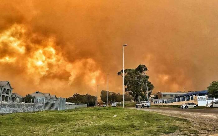 Houses burn in Gordon's Bay after a vegetation fire spread from the slopes of Sir Lowry's Pass on 7 November 2017. Picture: Bryan Mennie
