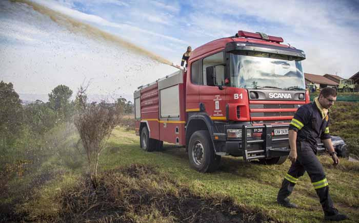 Caption: Fire crews battle flare ups in the Knysna mountains using both helicopters and ground teams. Picture: Thomas Holder/EWN
