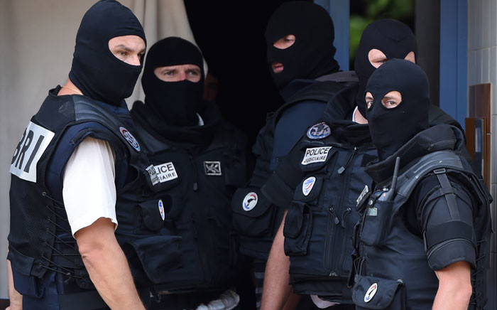 Special forces of France's Research and Intervention Brigades (BRI) stand outside the apartment of a man suspected of carrying out an attack in Saint-Priest near Lyon on 26 June, 2015. Picture: AFP