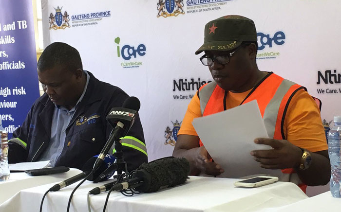 MECs Jacob Mamabolo (L) and Panyaza Lesufi (R) briefing the media at Klipspruit West Secondary School. Picture: Hitekani Magwedze/EWN