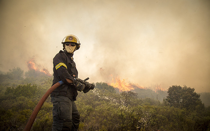 FILE: A firefighter prepares to battle a blaze during veld fires in Ocean View. Picture: Thomas Holder/EWN.
