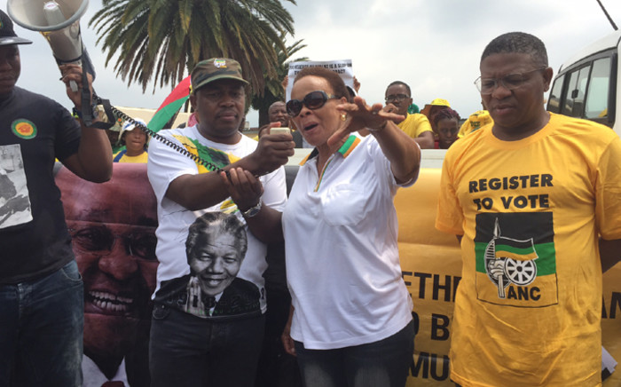 Chris Hani's widow Limpho addresses demonstrators outside the Constitutional Court to hand over memorandum to the ConCourt calling for a review of decision to release Janusz Waluś on 14 March 2016. Picture: Vumani Mkhize/EWN.