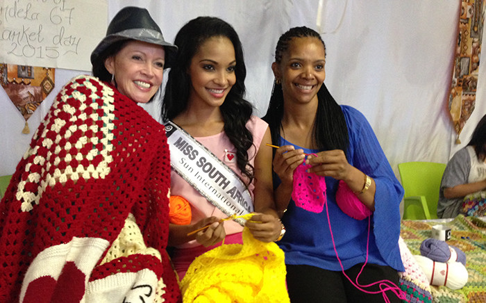 Miss SA Liesl Laurie and Caroline Steyn pose for picture during a 67 blankets for Mandela Day event, Saturday 4 April 2015. Picture: Vumani Mkhize/EWN